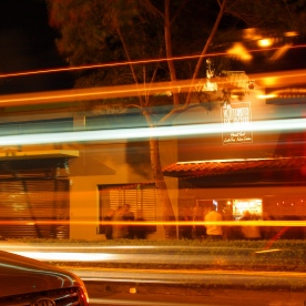 Los vehículos nocturnos parecen acelerarse, buscan su destino final,mientras en la Ventanita, saben que faltan horas de trabajo
