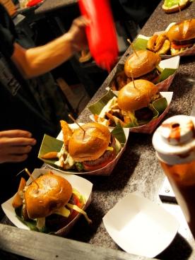 El ritmo es tal que el ambiente se vuelve denso con el aire, el calor, las fragancias de carne asada y especias, se convierte en una industria microscópica que busca satisfacer el hambre