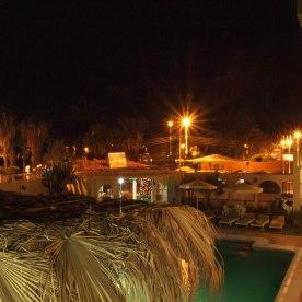 Un pequeño hotel en un pueblo activo