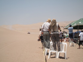 Desde la distancia, en las nubes de arena, queremos saber quién viene.